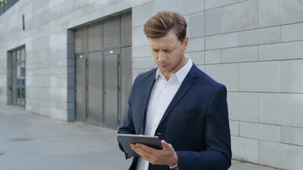 Podnikatel pracuje na digitálním tabletu ve městě. Správce prohlížení internetu na podložce