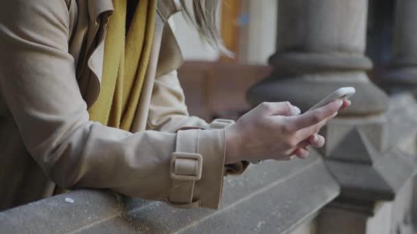 Studentenhände mit Smartphone im Flur. Geschäftsfrau arbeitet am Handy