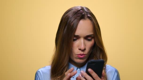 Geschäftsfrau liest gute Nachrichten auf dem Smartphone. Lächelnde Frau telefoniert
