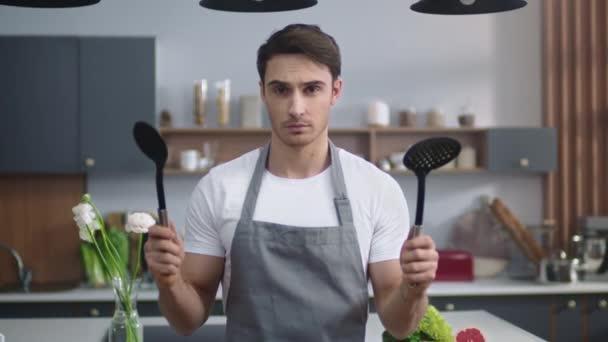 Chef Mann bereit Kochen zu Hause Küche. Männliche Köchin steht in moderner Wohnung