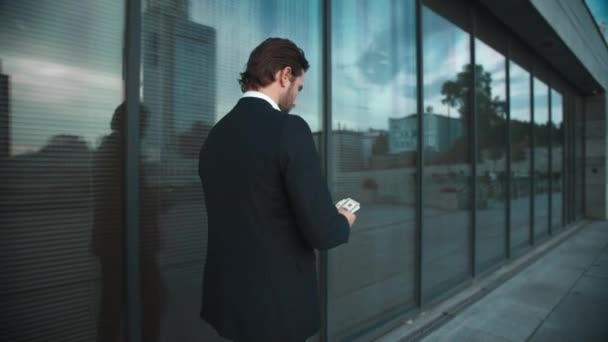 Obchodník s penězi, co chodí po ulici. Mužské profesionální počítání peněz