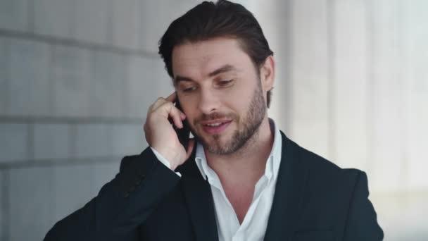 Obchodník mluví na mobilu s kolegou venku. Muž oslavující úspěch