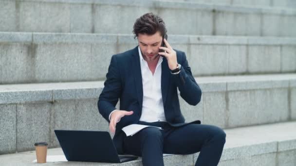 Obchodník mluví po telefonu s klientem. Výkonný čtenář obchodních dokumentů