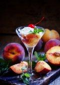 Fotografie Dessert aus Pfirsichen und Joghurt im Martini-Glas