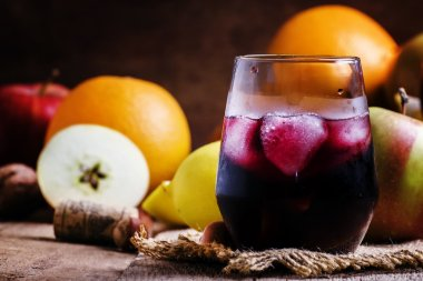 Red wine with fruit and ice