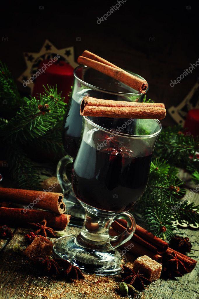 Glühwein in großen Gläsern für heiße Getränke — Stockfoto © 5PH ...