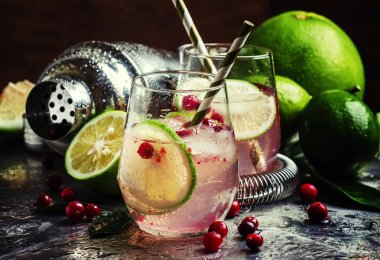 Cranberry lemonade with lime and ice