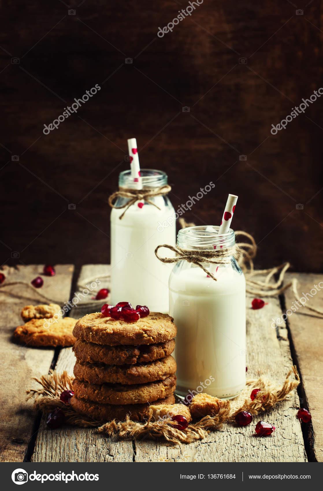 Milchgetränke in Glasflaschen, knackigen cookies — Stockfoto © 5PH ...