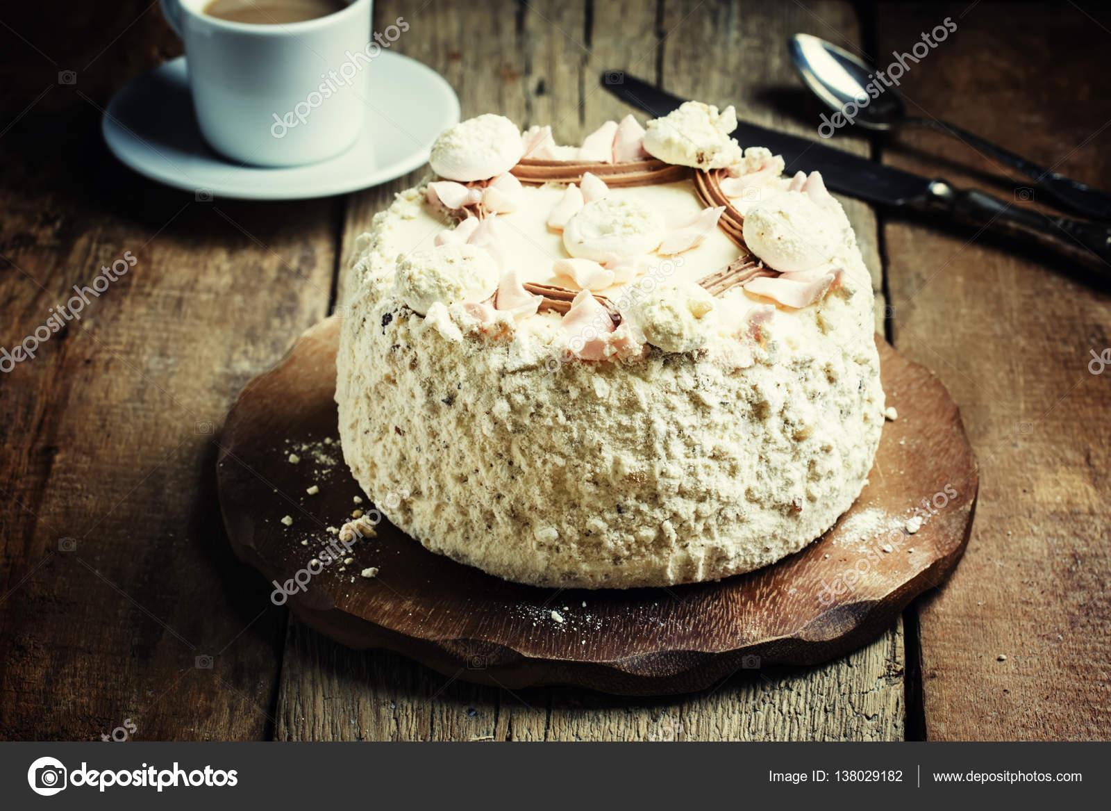 Das geschlagene Eiweiß Kuchen — Stockfoto © 5PH #138029182