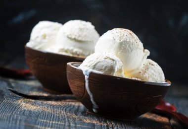 Vanilla ice cream with ground cocoa in brown bowls