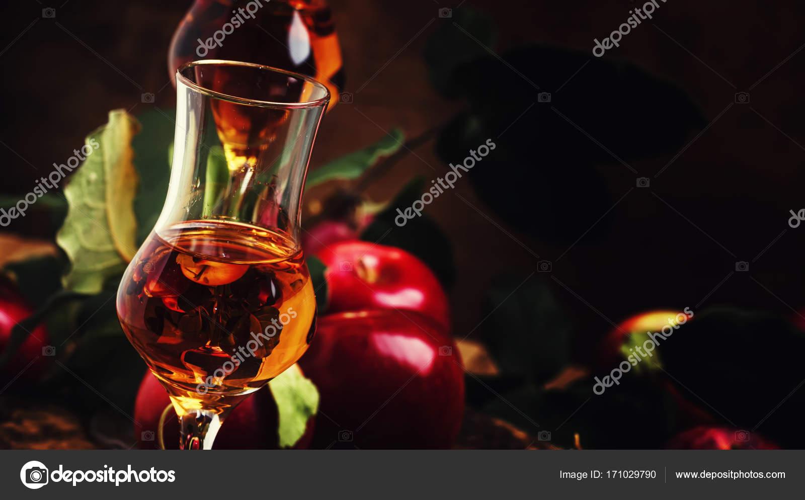 Französische goldene starkes alkoholisches Getränk aus Äpfeln ...