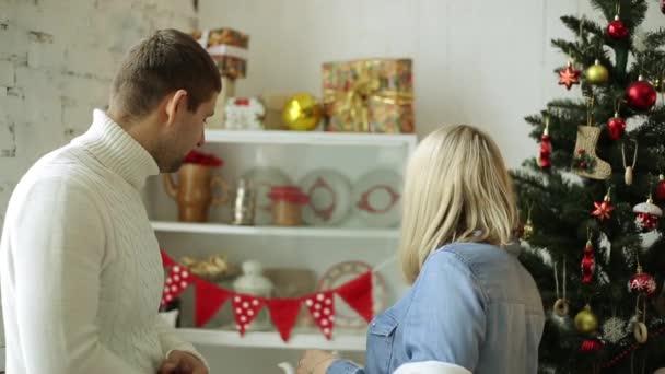 Eine Frau Macht Einen Mann Ein Geschenk Zu Weihnachten Das Paar