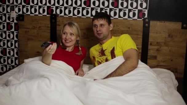 Мужчина и женщина в постели смотреть видео, порно видео россия толпа
