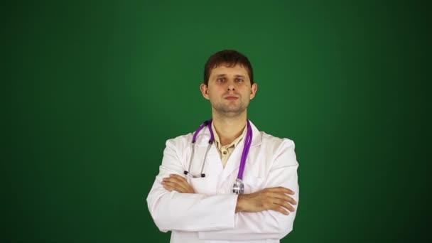 Doktor ukazuje palec.