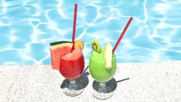Cocktails auf dem Hintergrund des Pools. zwei Fruchtcocktails.