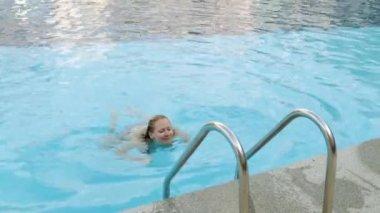 Сексуальная телочка у бассейна нд
