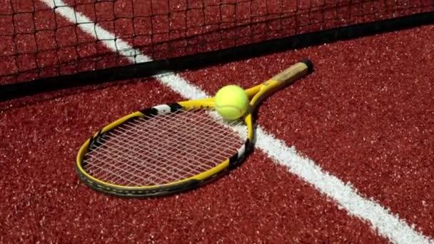 Tenisovou raketu a míč na hřišti. Velký tenis, rakety, sportovní.