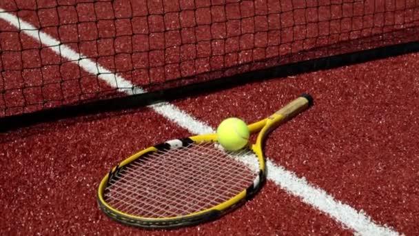 Tenisové míčky a raketou základního nátěru. Velký tenis, sport, vzdělávání.