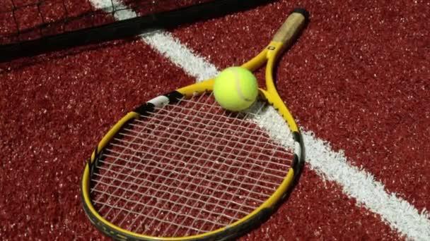 Tenisové rakety a tenisové míčky. Tenis, červený dvůr, sport.