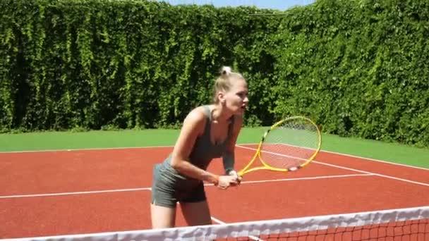 Žena s tenisovou raketu. Dívka na tenisový kurt.