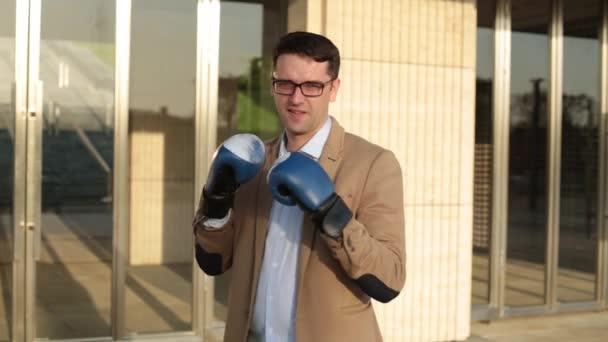 Podnikatel v obleku a Boxerské rukavice.