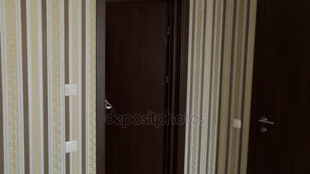 Žena vstoupí do hotelového pokoje. Cestovní ruch a cestování