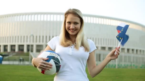 Žena s fotbalový míč drží vlajky Ruska a Evropské unie. Mistrovství světa v Rusku v roce 2018