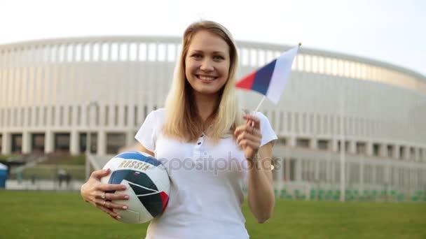 Žena s fotbalový míč mávat vlajkou Ruska. Mistrovství světa v Rusku v roce 2018