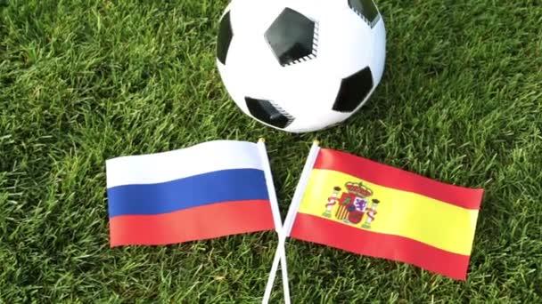 Fotbalový míč a vlajky Ruska a Španělska. Fotbal, mistrovství světa ve fotbale 2018