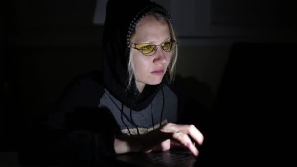 Hacker di donna con il computer portatile. Attacco hacker, virus