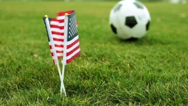 Amerikai zászlók és a futball-labda. Amerikai zászló és a foci labdát a füvön