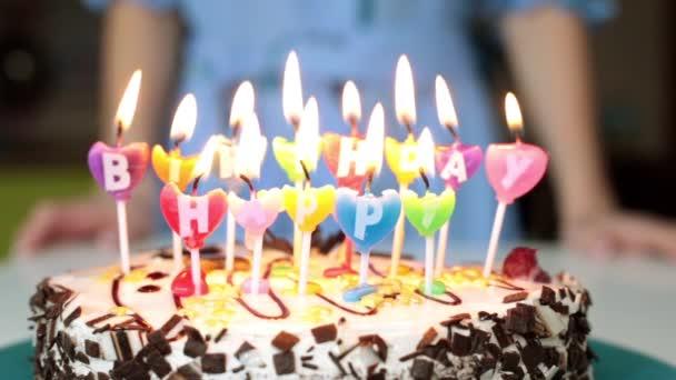 Een Vrouw Kaarsen Op Een Taart Uitblazen Verjaardag Cake Met