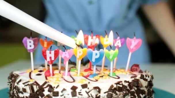 Een Vrouw Lichten Kaarsen Op Een Taart Verjaardag Vakantie En