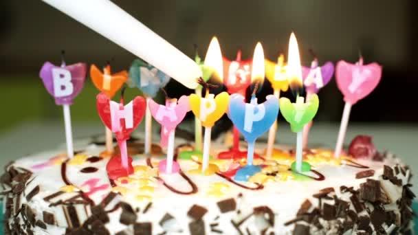 Fény a gyertyákat a tortán. Holiday, születésnap.