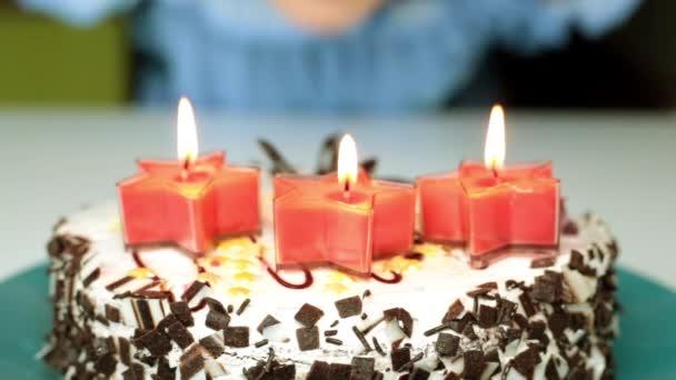 Verjaardag Cake Met Kaarsen Een Vrouw Kaarsen Op Een Taart