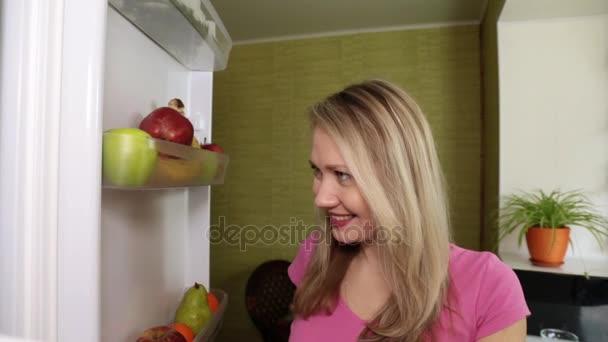 Kühlschrank Birne : Frau öffnet den kühlschrank und frisst die birne u2014 stockvideo