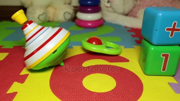 Dětské hračky na podlaze. Yula, baby kostky a chrastítko