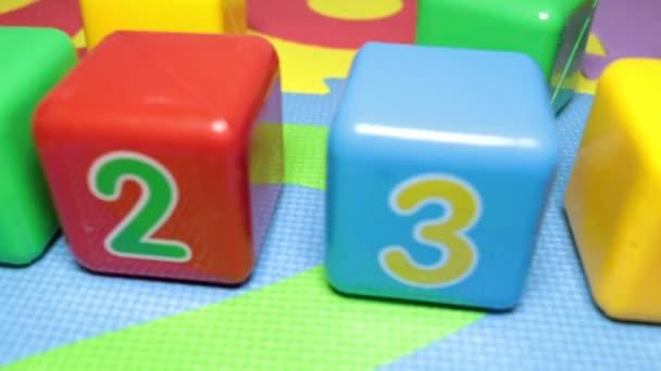 Dětské barevné plastové kostky s čísly