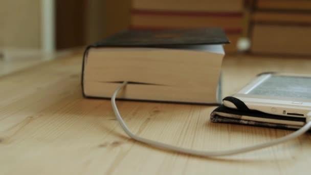 E-könyv, a háttérben a könyv könyvek.