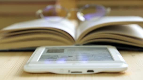 E-Book, Brille und ein Papierbuch. das Konzept der modernen Bildung.