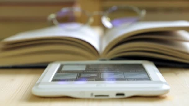E-könyv, szemüveg és papír könyvek. Modern oktatási és képzési.