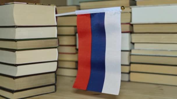Vlajka Ruska a papírové knihy. Ruská vlajka na pozadí knih.