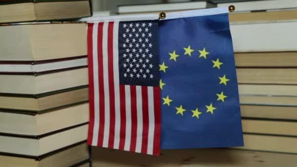 Americká vlajka a Eu vlajky a papírové knihy.