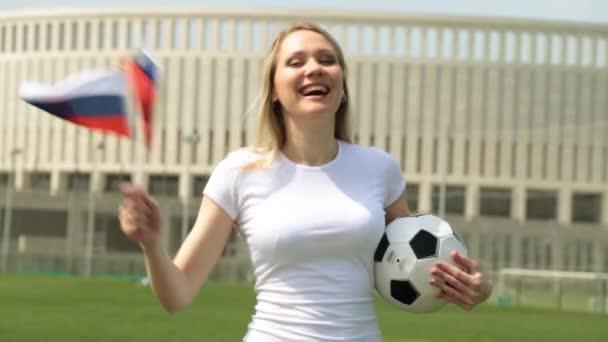 Foci rajongó, Oroszország zászlaja. Nő az orosz zászló, és a labda.