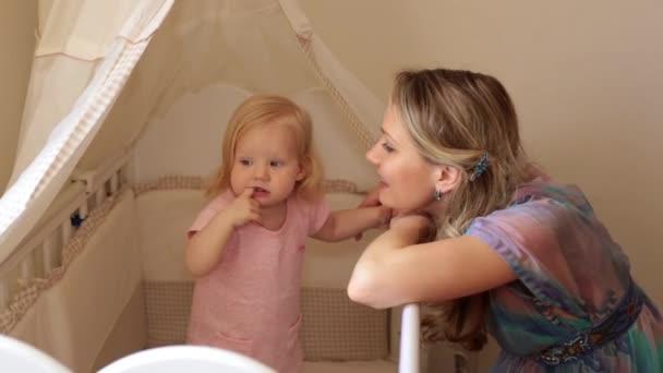 Die Kinderzimmer | Mama Und Baby In Die Kinderzimmer Eine Frau Mit Einem Kleinen Kind