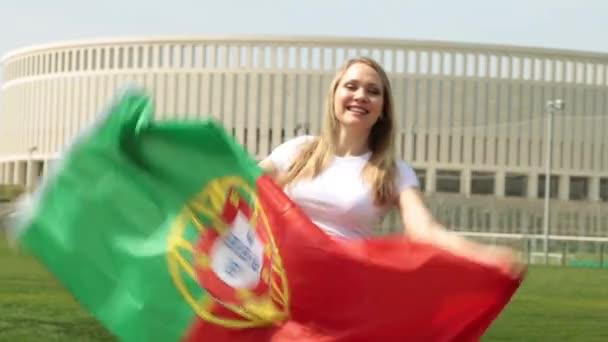 A Portugália lobogója nő. Nő sport rajongó egy portugál zászló