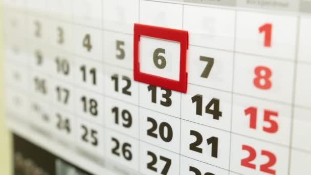 Ženská ruka a office kalendář. Obchodní žena směny kalendář