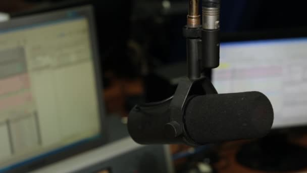 Photo Professional microphone and headphones in the studio on the radio station.