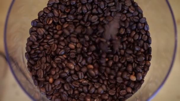 Kávová zrna nalít do skleněné misky