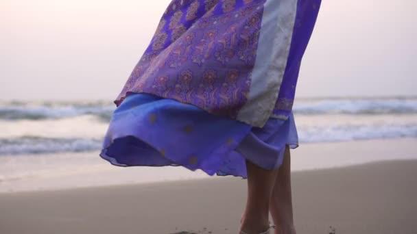 Eine junge Frau in orientalischer Kleidung tanzt einen traditionellen indischen oder ostarabischen Tanz